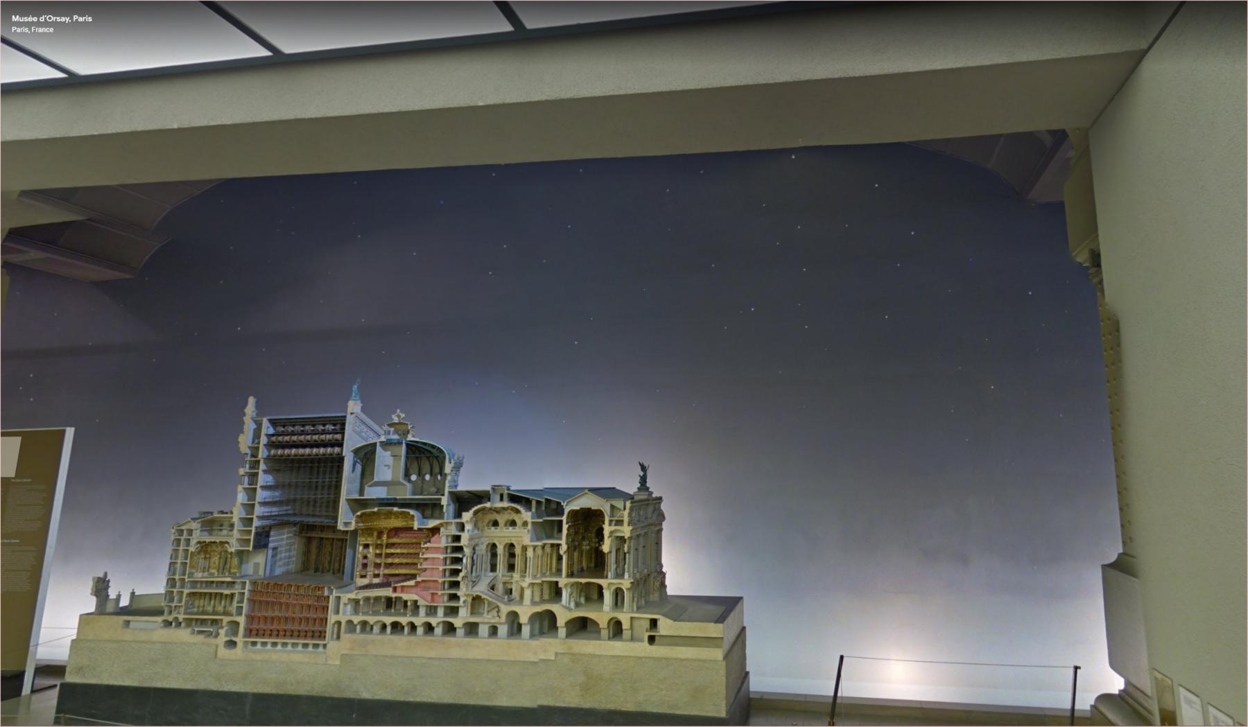 Ciel nocturne étoilé, derrière la maquette du Palais Garnier